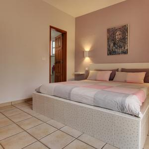 Bedroom with access to the bathroom in the Casa Brinja